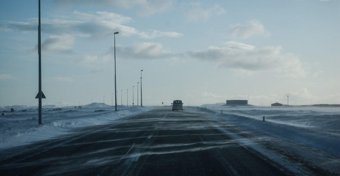冬の凍った道路